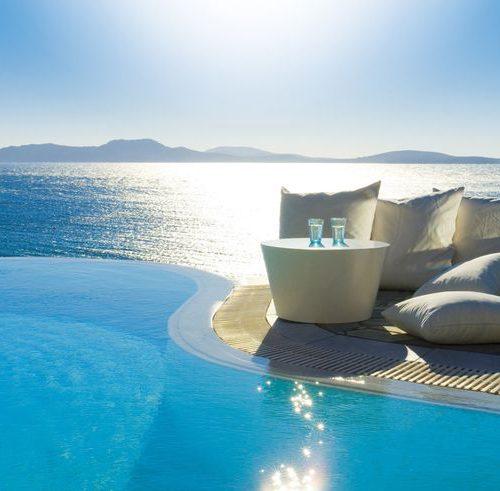 Een bijzonder eiland in de Cycladen met de mooiste stranden van heel Europa. De oneindige helderblauwe zee, de witte stranden en krijtrotsen leveren mooie plaatjes op. Mykonos staat bekend om een aantal prachtige plekken waar je je echt in een paradijs waant. Het is heel speciaal dat een bergachtig eiland zoals Mykonos over zoveel adembenemende stranden beschikt.Het eiland beschikt over tal van luxueuze 5 sterren hotels, maar ook zeer fraaie villa's, heerlijke uitgaansgelegenheden en goede restaurants.Al sinds laatste decennia trekpleister voor allerlei beroemdheden uit heel de wereld.Enkele hotspots:- Beachclub Nammos, heerlijk genieten aan het strand liggend op echte Loro Piana ligbedden- Panormas Beach, eerste rangs zicht op de prachtige baai- Buddha Bar Beach,dineren met uitzicht op de mooiste luxueuze jachten- Jacky O' Beach, overdag heerlijk genieten aan het strand en 's avonds vergapen aan te gekke dragqueen shows.